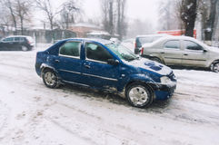 Auto auf Straße im Winter Stockfotografie