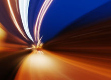 Auto auf Straße mit Bewegungsunschärfehintergrund Lizenzfreie Stockfotografie