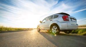 Auto auf Straße in sonnigem Tag Stockfotografie