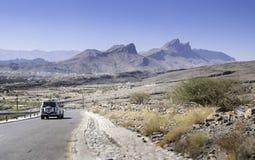 Auto auf Straße zum Berg Lizenzfreie Stockfotos