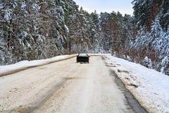 Auto auf Winterstraße lizenzfreies stockbild