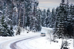 Auto auf Winterstraße Lizenzfreie Stockbilder