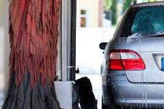 Auto in autowasserette Stock Foto's