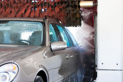 Auto in autowasserette Stock Afbeeldingen