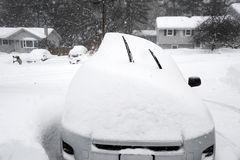 Auto bedeckt durch Schnee im Blizzard Lizenzfreies Stockbild