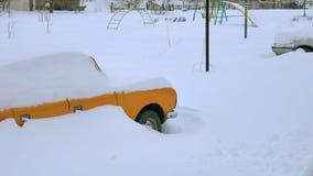 Auto bedeckt durch Schnee, unter schwerem Wintersturm Autos im Yard unter dem Schnee stock video