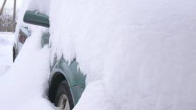 Auto bedeckt durch Schnee, unter schwerem Wintersturm Autos im Yard unter dem Schnee stock video footage
