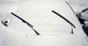 Auto bedeckt mit frischem Schnee Lizenzfreie Stockfotografie