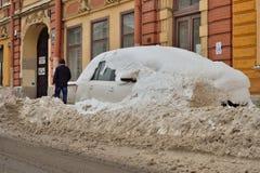 Auto bedeckt mit Schnee auf dem Damm des Flusses Moika Stockfotografie