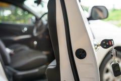 Auto befestigt nach links in einem Verschluss Stockbild