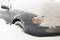 Auto begraben im tiefen Schnee Lizenzfreie Stockfotografie