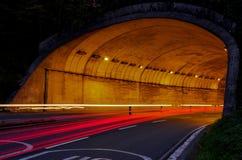 Auto beleuchtet den Tunnel, der in San Sebastián Stadt fährt Lizenzfreie Stockfotografie