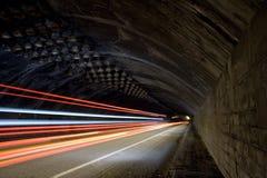Auto beleuchtet Spuren in einem Tunnel Lizenzfreie Stockfotos