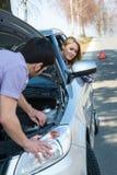 Auto bemüht die Paare, die gebrochenes Fahrzeug anstellen Stockbilder
