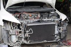 Auto beschädigte vom Unfall, der zur Verlegenheit an der Garage wartet Lizenzfreies Stockbild