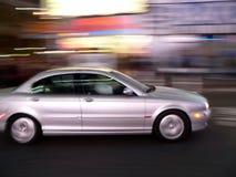 Auto beschleunigt hinunter die Straße Lizenzfreies Stockfoto