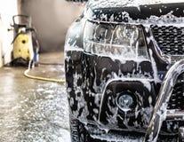 Auto bij autowasserette royalty-vrije stock afbeeldingen