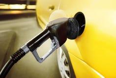 Auto bij benzinestation Stock Foto