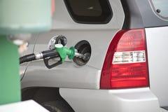 Auto bij benzinestation Royalty-vrije Stock Foto's