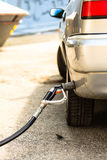Auto bij benzinestation die met brandstof worden gevuld Stock Foto