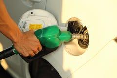 Auto bij benzinestation die met brandstof worden gevuld royalty-vrije stock foto's