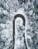 Auto bij het winden van de winterweg zoals die hierboven wordt gezien van Stock Afbeelding