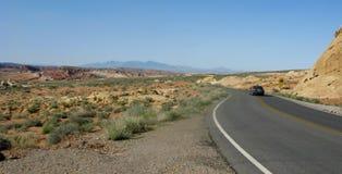 Auto bij het winden van woestijnWeg Royalty-vrije Stock Foto
