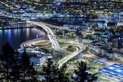 Auto bij nacht wordt geïsoleerd die. Bergen, Noorwegen Stock Afbeeldingen
