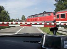 Auto bij trein kruising Stock Fotografie