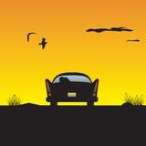 Auto bij zonsondergang royalty-vrije illustratie