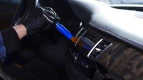 Auto binnenlands het schoonmaken concept Een mens maakt een auto met chemische producten schoon stock footage