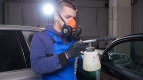 Auto binnenlands het schoonmaken concept Een mens maakt een auto met chemische producten schoon stock videobeelden