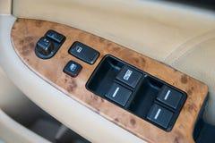 Auto binnenlandse details van deurhandvat met vensterscontroles en advertentie Royalty-vrije Stock Foto