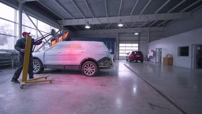 Auto biznes, specjalista stawia Czerwone lampy dla suszarniczej maszyny po tym jak malować lub ceramika w samochód usłudze zbiory