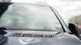 Auto buitendetail als achtergrond voorraad Luchtopname in kap Luchtopnamen op de autokap stock video