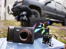 Auto camcorder vertoning Geïnstalleerd binnen de auto op het windscherm om te registreren wat op de weg gebeurt royalty-vrije stock fotografie