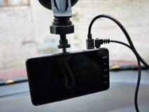 Auto camcorder vertoning Geïnstalleerd binnen de auto op het windscherm om te registreren wat op de weg gebeurt stock fotografie