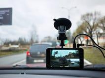 Auto camcorder vertoning Geïnstalleerd binnen de auto op het windscherm om te registreren wat op de weg gebeurt royalty-vrije stock foto