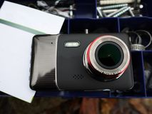 Auto camcorder vertoning Geïnstalleerd binnen de auto op het windscherm om te registreren wat op de weg gebeurt royalty-vrije stock afbeeldingen