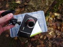 Auto camcorder vertoning Geïnstalleerd binnen de auto op het windscherm om te registreren wat op de weg gebeurt stock foto's