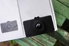 Auto camcorder vertoning Videorecorder om de verkeerssituatie te registreren terwijl het drijven van uw auto stock foto