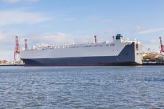 Auto-carrier bij een haven Royalty-vrije Stock Foto's