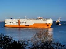 Auto-carrier die Haven verlaat royalty-vrije stock fotografie