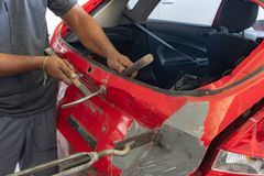 Auto ciało naprawy serie: Załatwiać samochodowego ciało obrazy royalty free