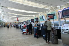 Auto-comprobación en contador dentro del aeropuerto de YVR Imágenes de archivo libres de regalías