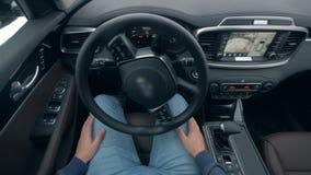 Auto-conduzindo o volante de um carro driverless do piloto automático autônomo 4K video estoque