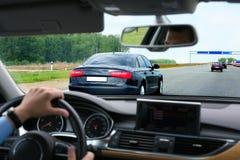 Auto, das auf Datenbahn geht Lizenzfreies Stockfoto