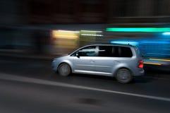 Auto, das auf die Straßen läuft Stockbild