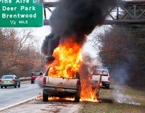 Auto, das auf einer Landstraße brennt stockfoto