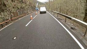 Auto, das in den Regen auf Waliser-Straßen - Vereinigtes Königreich folgt stock video footage